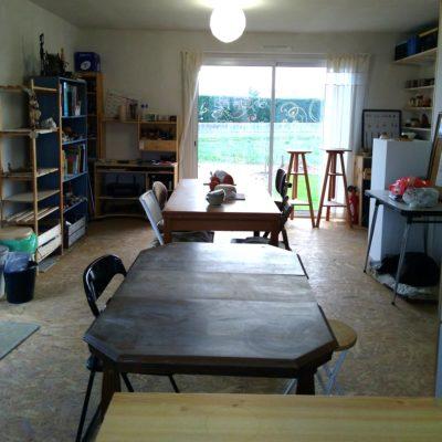 L'atelier et ses tables de travail