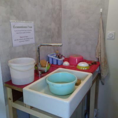 Le coin vaisselle, avec un décanteur sous l'évier pour récupérer les boues d'argile