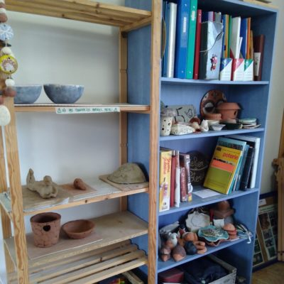 Des étagères pour les pièces des élèves, aisi qu'une petite bibliothèque pour les élèves en manque d'inspiration
